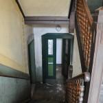Am Treppengeländer fehlt kaum eine Sprosse.