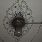 Sogar eine originale Lampe von 1910 hat sich hier erhalten.